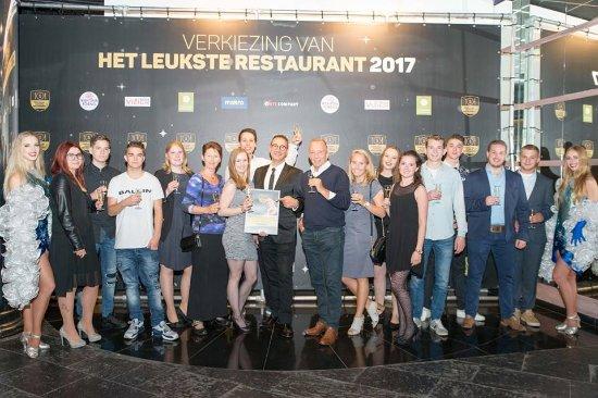 """Team foto tijdens uitreiking Award voor """"Leukste Restaurant 2017"""" Gemeente Vlaardingen."""