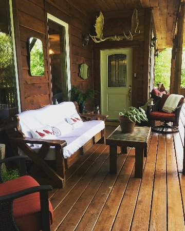 Hummingbird Lodge Bed and Breakfast: The Porch