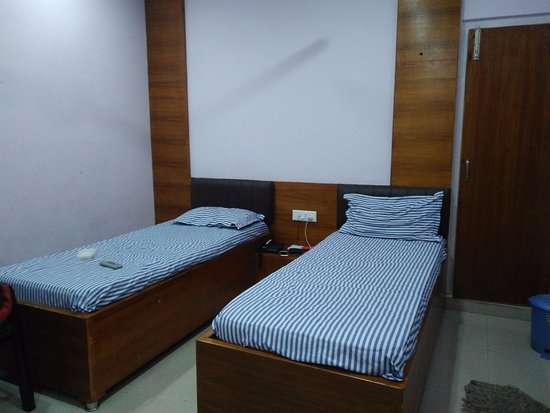 Jaigaon, Ấn Độ: Room with two single beds