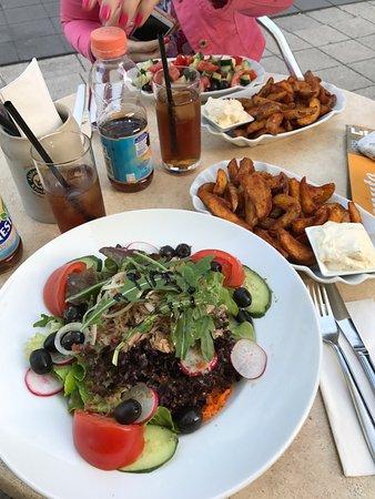 Horb am Neckar, Alemania: Gemischter Salat mit Thunfisch & Oliven, Potato-wedges