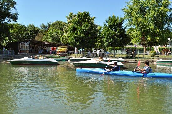 Luche-Pringe, France: La base de loisirs du camping de la Chabotière