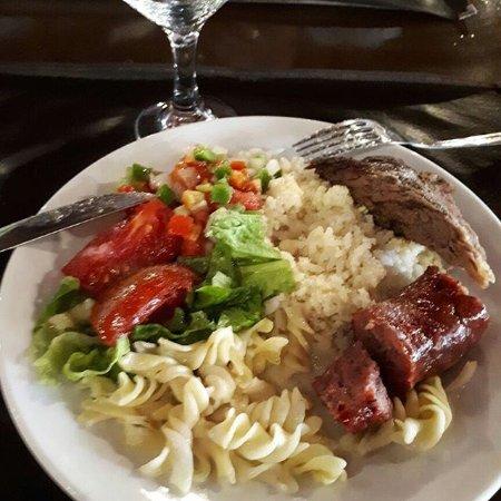 Fortín Cataratas: Arroz, queijo ralado, macarrão, salada, carne e linguiça. Sendo rodizio.