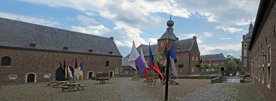 Kasteel Hoensbroek: Het fraai binnenterrein van dit kasteel