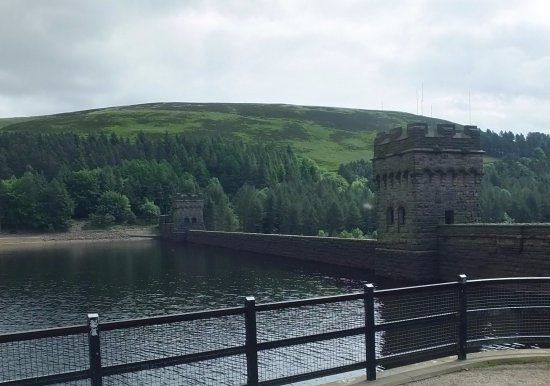 Parco nazionale di Peak District, UK: Another view of Derwent Dam from the side of the Towers
