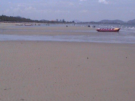 Bangsaen Beach à marée très basse