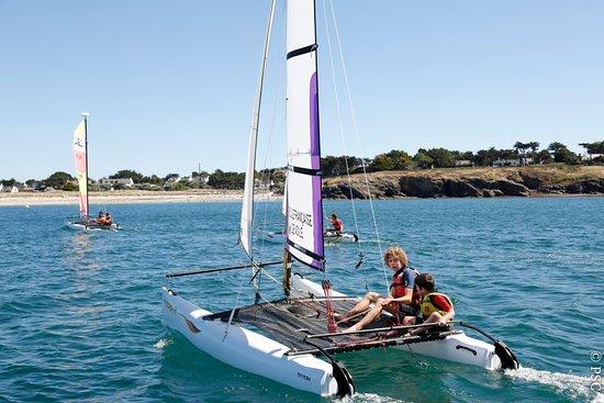 Morbihan, Fransa: Stage de Minicata au Club Nautique du Rohu