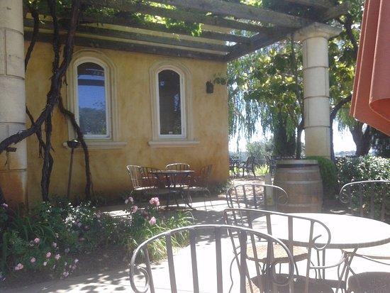 Πλίμουθ, Καλιφόρνια: seats under the arbor