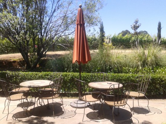 Villa Toscano: more seating near water feature
