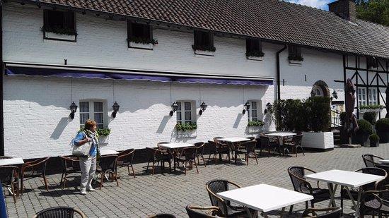 Houthalen, Belgium: leuk terras op een binnenkoer