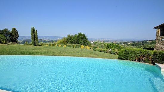 Hotel Borgo Di Cortefreda Relais: Pool area and view