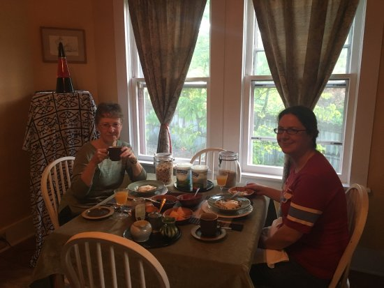 Jonesborough, TN: Guests enjoying breakfast