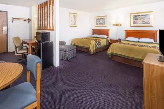 Pontiac, IL: Suite with 2 Queen Beds