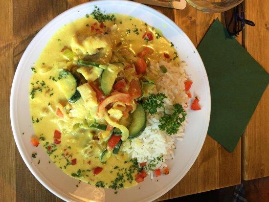 Gohrisch, Alemania: Saftige Fischfiletstreifen und knackiges Gemüse in Kokos-Curry-Sauce, dazu Reis