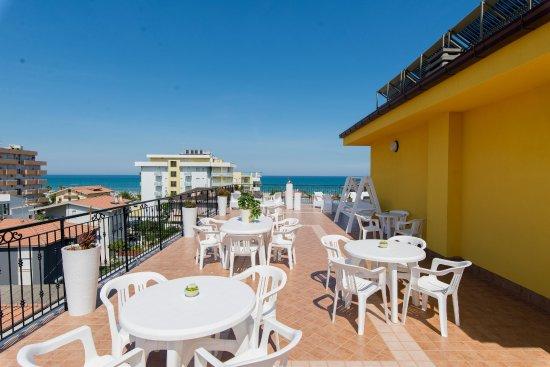 Area relax in terrazza - Foto di Nelson Hotel, Alba Adriatica ...