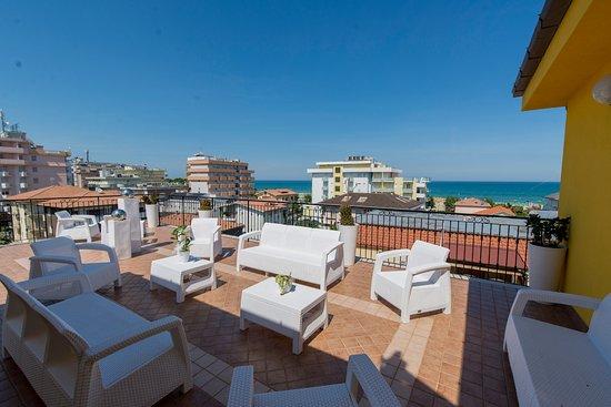 Area relax in terrazza - vista mare - Foto di Nelson Hotel, Alba ...