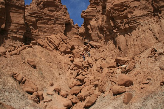 Goblin Valley State Park: Goblin's Lair up to the slot canyon