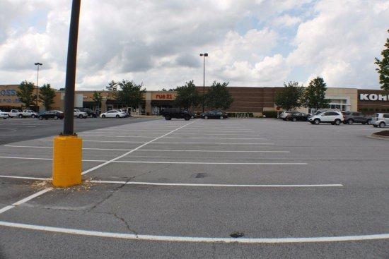 Hiram, GA: Shopping within walking distance.