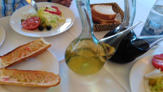 Santa Coloma de Queralt, Spanien: Restaurante Hostal Colomi. Ensalada y servicio de mesa