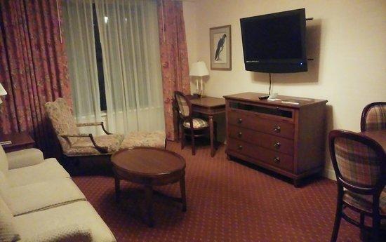 The Milburn Hotel: ベッドルームにも、ダイニング・リビングにもテレビがあります。