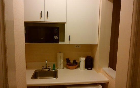 The Milburn Hotel: 右のスペースに、移動できる電気のコンロがあって、フライパンと鍋が有れば良いのですが。電子レンジだけでは物足りないです。