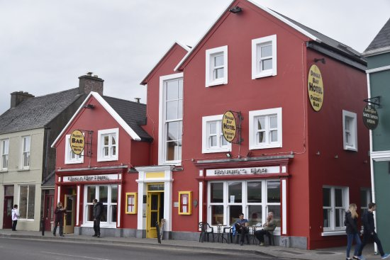 Dingle Bay Hotel: In town