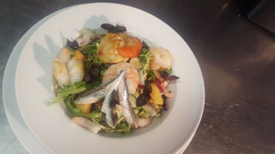 Dinton, UK: Garlic lemon and sweet chilli marinated seafood salad with seared scallops
