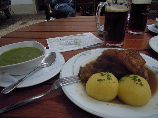 Schesslitz, Alemania: Schäufele knusprig, Bier frisch, Wirsingpüree kannten wir bis dato nicht, aber fein....
