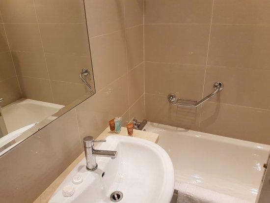 The Grand Hotel Tralee: bathroom