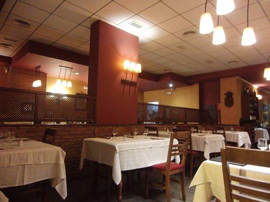 Candamil : Nosotros llegamos cuando abrían el restaurante y por eso se ve vacío pero luego se fue llenando.