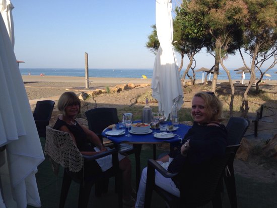 San Luis de Sabinillas, Hiszpania: Eating outside in the evening sun!