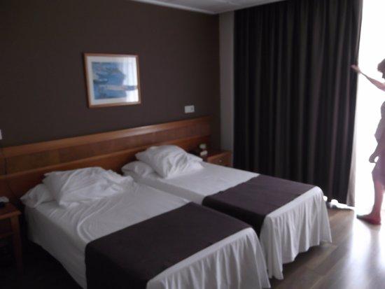 Hotel Helios Benidorm: Modern looking spacious bedroom on the 3rd floor.