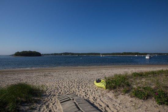 Inn on Onset Bay: Beach is directly across the street