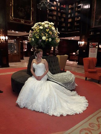 Hotel Geneve Ciudad de México: Our beautiful daughter in the Hotel Geneve lobby pre-wedding photos