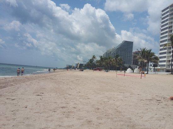 Fort Lauderdale Beach Resort : caminás media cadra y tenés esta hermosa playa !! impagable !!