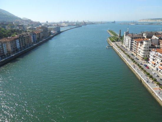Provincia de Vizcaya, España: Vista desde la pasarela, Portugalete a izda. y Guecho a dcha.,al fondo el superpuerto de Bilabao