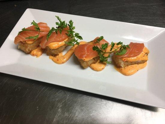 Tataki De Saumon Et Riz Croustillant Mayonnaise Chili Garlic Et Sel