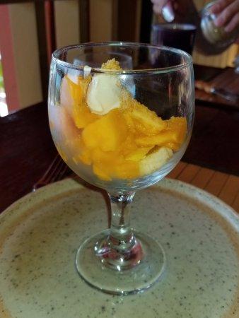 Lower Bay, Bequia: Fruit salad with fresh mango and banana