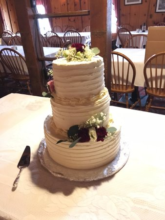 Littlestown, Πενσυλβάνια: Wedding cake: each layer was a different delicious flavor and filling