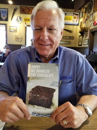 Tualatin, Oregón: Mike will top his dinner with Cracker Barrel's Double Chocolate Pie & Ice Cream
