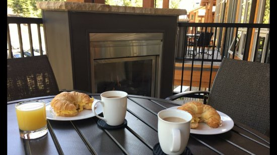 Northstar Lodge by Welk Resorts: Breakfast by the fire on the patio? Yes indeed!!