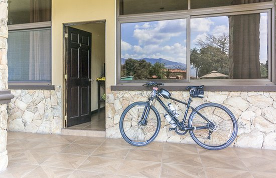 Chiquimula, Guatemala: Entrance to the room we stayed in. Iwas able to have my bike right there