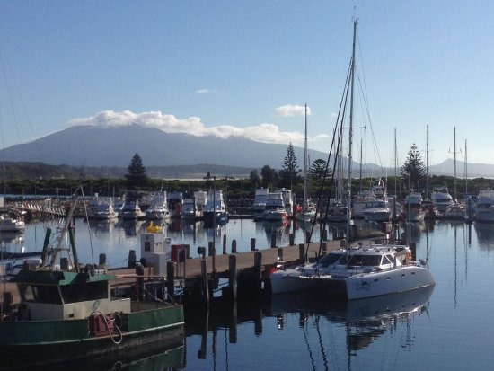 Bermagui, أستراليا: View from The Sun Deck cafe, looking over the harbour towards cloud-topped Gulaga (Mount Dromeda
