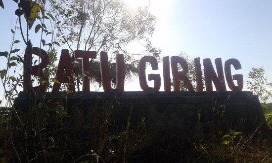 Gunung Kidul, Indonesia: papan nama yang sudah terpasang menghadap jalan sekitar 20meter didepannya
