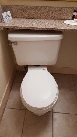 Gastonia, Kuzey Carolina: Toilet crooked, tank leaning back against wall.