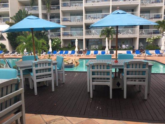 Sapphire Beach Club Resort: Bar area near the pool and Paolo's Restaurant