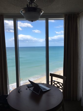 Hilton Melbourne Beach Oceanfront: View from our high floor corner suite, nice dining table in big window area