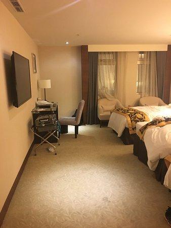 City Hotel: 部屋の中は清潔で広く、浴槽もありました。浴槽とシャワールームは別になっています。トリプルベットでしたが広かったです。駅からは徒歩7分ほどあるので暑い日は少し大変です。日本語が話せるスタッフも多
