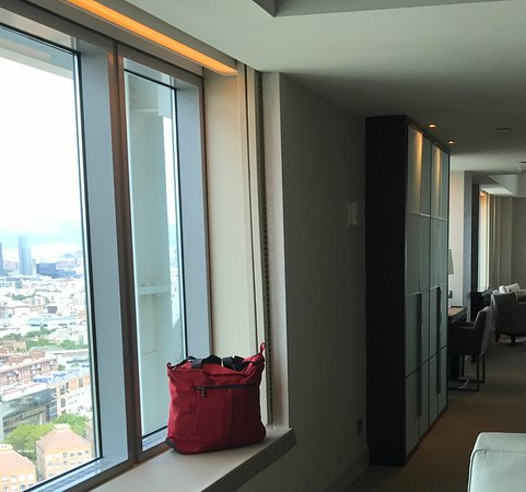 Hotel Arts Barcelona : Nice 1BR suite but couldn't get the pic to crop on upload :((