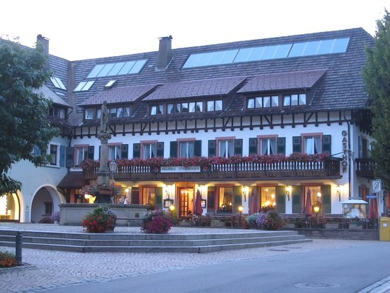 Hotel Hirschen: Perfect location on the square