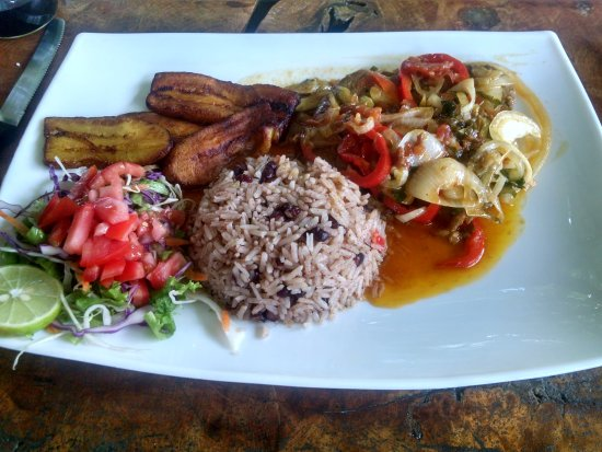 Manzanillo, Costa Rica: Fish smothered in Caribbean sauce and onions